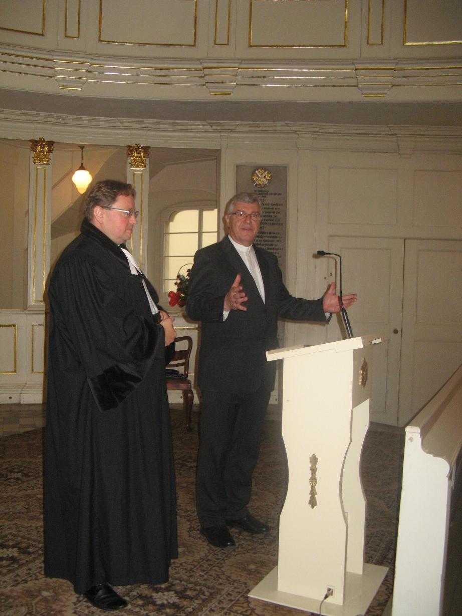 Ks. superintendent Reiner Rinne przekazał w czasie niedzielnego nabożeństwa słowo pozdrowienia od Initiative. Od lewej: ks. Cezary Królewicz i ks. Reiner Rinne